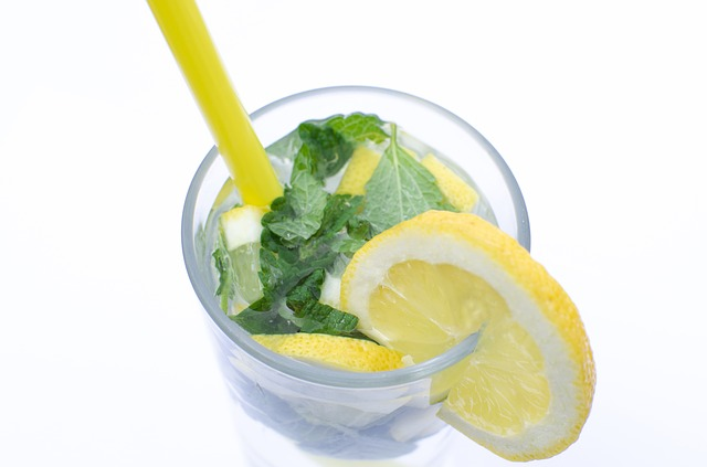 sklenice s vodou a s citronem